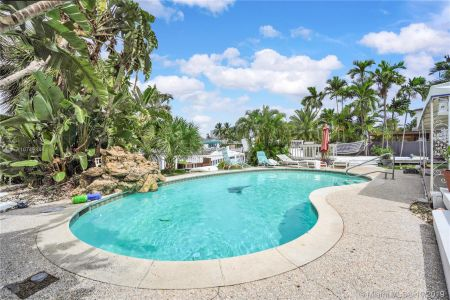 460 Holiday Dr photo036